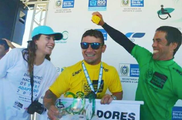 Paulo Ricardo coroado Campeão Brasileiro de Surf Adaptado no Rio de Janeiro. Foto: Arquivo Pessoal Paulo